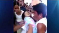 Una niña se despierta en su propio funeral