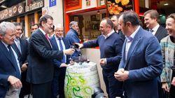 Rajoy, de cachondeo en la calle Laurel