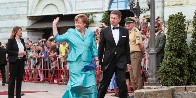 Merkel se cae al suelo al romperse una silla en