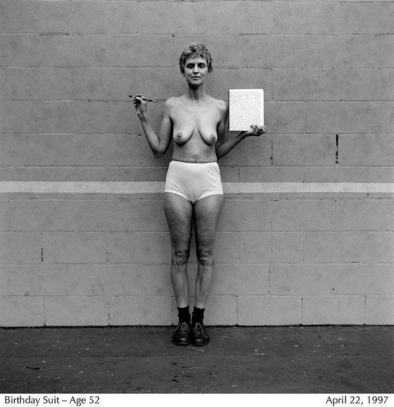 Lucy Hilmer, la fotógrafa que lleva 40 años retratándose en 'topless'