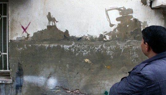 El artista urbano Pejac visita un campo de refugiados en Jordania