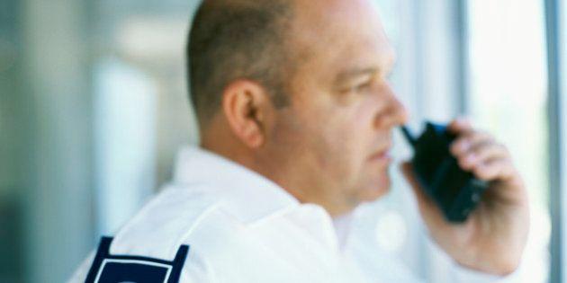 Los vigilantes de seguridad privados podrán identificar, cachear y detener en la vía