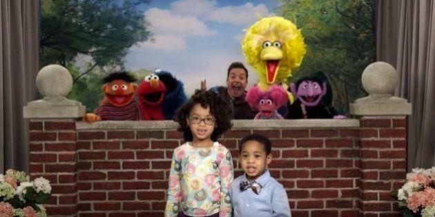 Los 'photobombs' de Jimmy Fallon y los muñecos de Barrio Sésamo a niños son