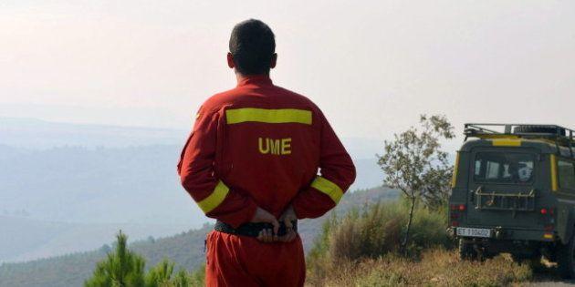 Un incendio fuera de control y activo en dos focos quema la Sierra de Gata en