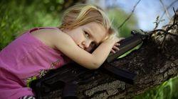 Niños con armas para denunciar la masacre de