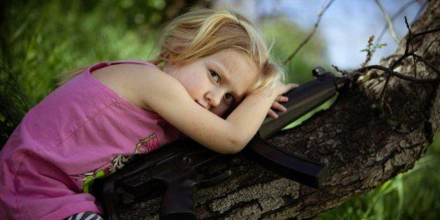 Fotografías de niños de EEUU con armas para denunciar la masacre de Newtown un año