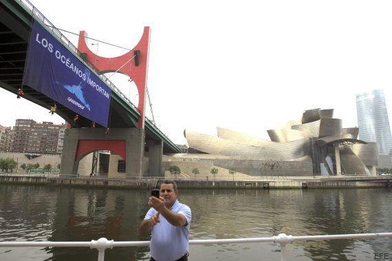 Activistas de Greenpeace se cuelgan sobre la ría de Bilbao para pedir la protección de los