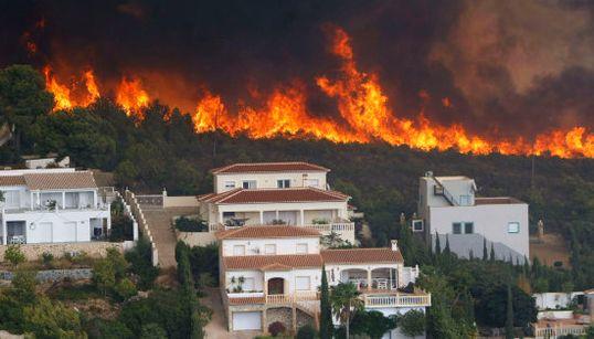 El viento reaviva el fuego y agrava el incendio en