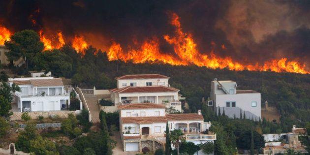El viento reaviva el fuego y calcina casas tras quemar 300 hectáreas en