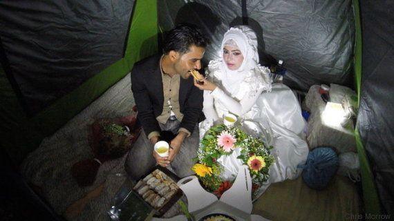 Un grupo de voluntarios organiza una boda en Idomeni para dos