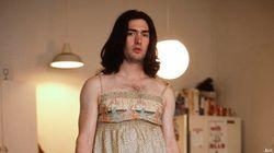 El fotógrafo que retrata a chicos con la ropa de sus novias