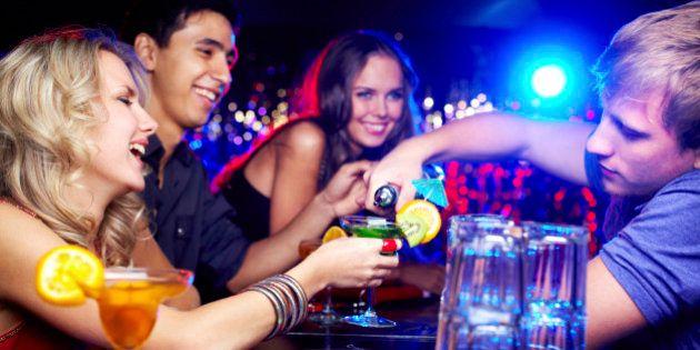 Un estudio muestra la mejor manera para captar la atención de los camareros al pedir en un