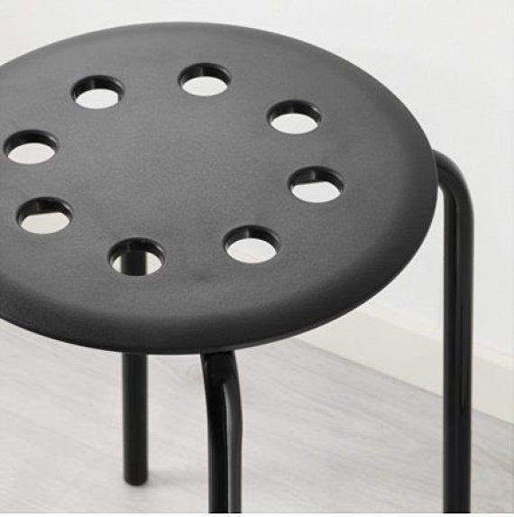 Se le queda atrapado un testículo en una silla... e Ikea le responde en