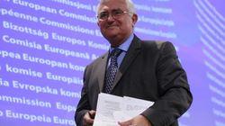 Dimite (sí, en serio) un comisario europeo salpicado por la