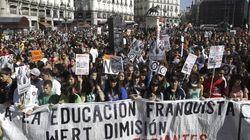 Miles de estudiantes piden la dimisión del