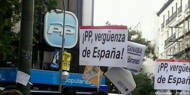 Un centenar de personas protesta ante la sede del PP en Madrid y pide la dimisión de Rajoy (FOTOS,