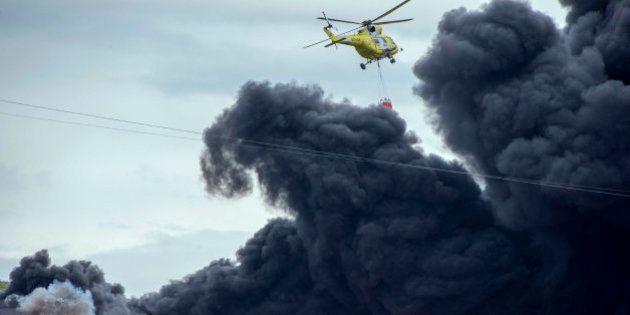 Las impresionantes fotos del incendio del cementerio de neumáticos de