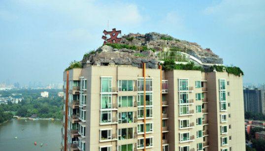 Una casa en la montaña en lo alto de una azotea