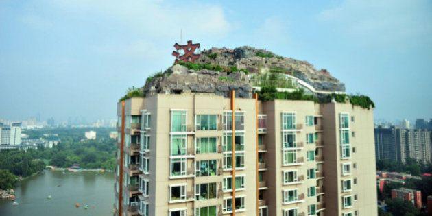 Un hombre construye una casa en plena montaña en lo alto de la azotea de un edificio de 26 plantas en...