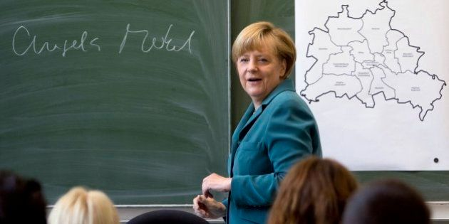 Merkel participa en una clase entre escolares en el inicio de su campaña para la