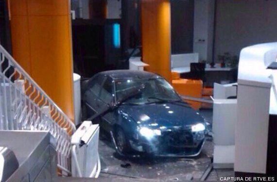 Un hombre que transportaba dos bombonas de butano empotra su coche contra la sede del