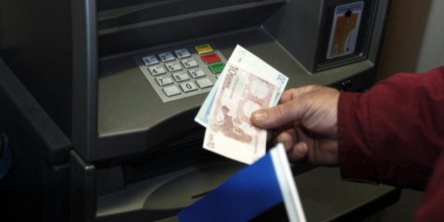 ¿Qué bancos te cobrarán por usar sus cajeros si no eres