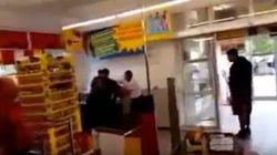 Sacan a un refugiado de un supermercado y lo atan a un árbol en
