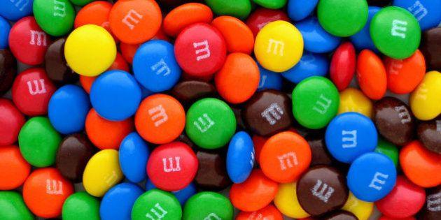 Suecia prohíbe la venta de M&Ms por el logo que llevan