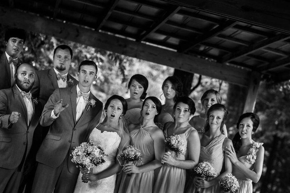 Un fotógrafo se cae mientras hace una foto de boda y el resultado no tiene
