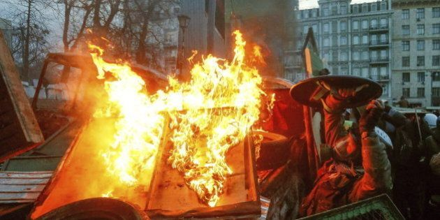 Los manifestantes y la policía continúan sus duros enfrentamientos en Kiev