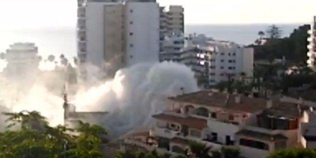 Una espectacular fuga en una tubería inunda un hotel en