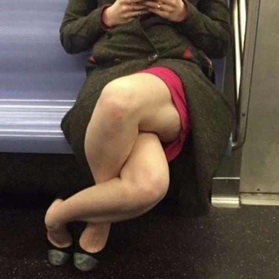 Un estrambótico cruce de piernas causa furor en las
