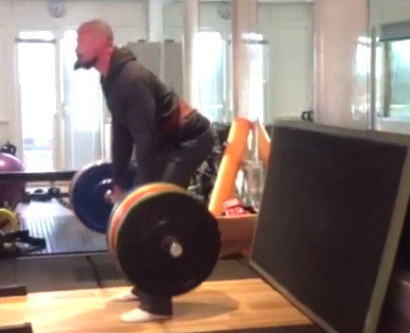 Hugh Jackman levanta 180 kilos sin inmutarse