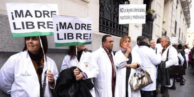 Médicos y abogados se rebelan contra Gallardón: