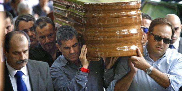 Rosalía Mera, despedida por Amancio Ortega y sus seres queridos en un breve entierro en Oleiros (A