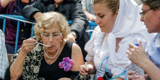 Carmena se da un baño de masas en la Pradera de San Isidro, como si fuera una estrella de