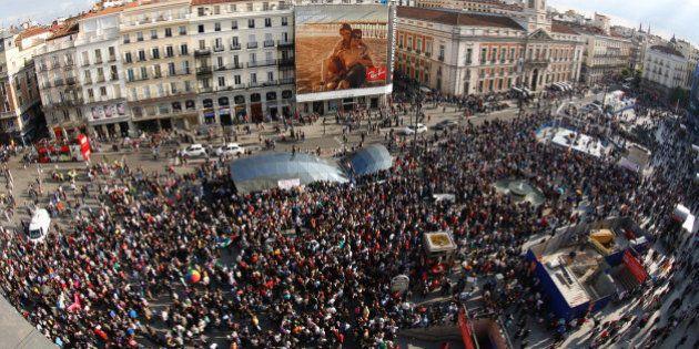 Miles de indignados vuelven a llenar la Puerta del Sol en aniversario del