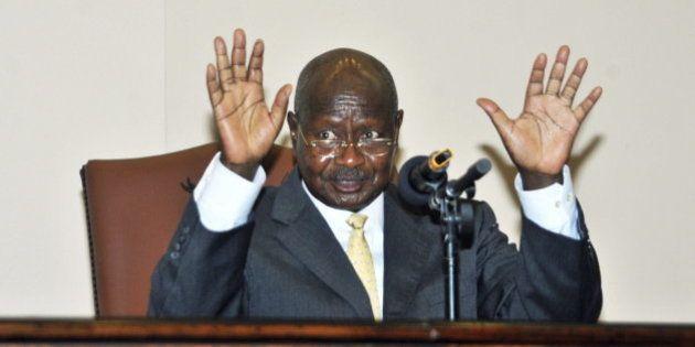 El presidente de Uganda firma la ley que condena a los gays a cadena
