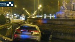 Un conductor empotra su coche contra la fuente de