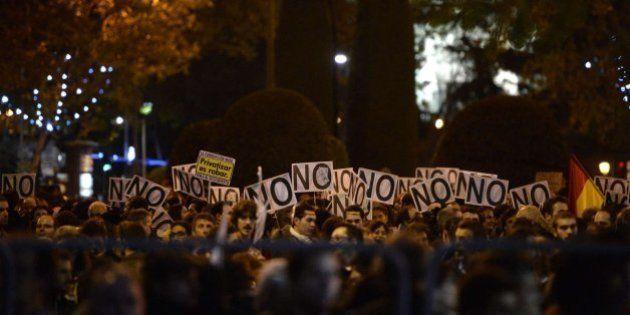 Rodea el Congreso: miles de personas rodean el Congreso en Madrid contra la