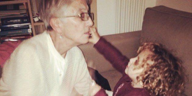 A los abuelos que viven lejos de sus nietos y se mantienen conectados en la