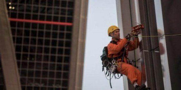 Greenpeace se cuelga de las Torres Kio de Madrid contra el