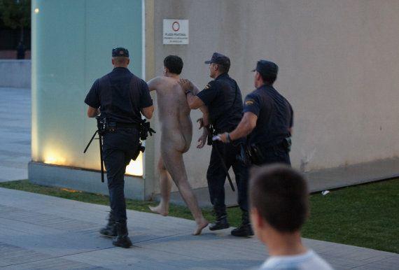 Un hombre desnudo irrumpe en las puertas del hospital a la llegada de la reina