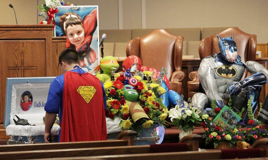Superhéroes para despedir a un niño muerto en un