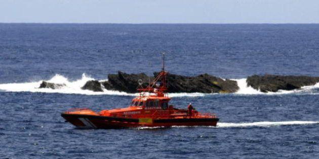 Salvamento marítimo rescata una patera con unos 40 inmigrantes al sureste de
