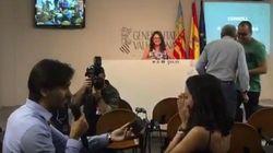 Un periodista pide matrimonio a su novia en plena rueda de prensa de