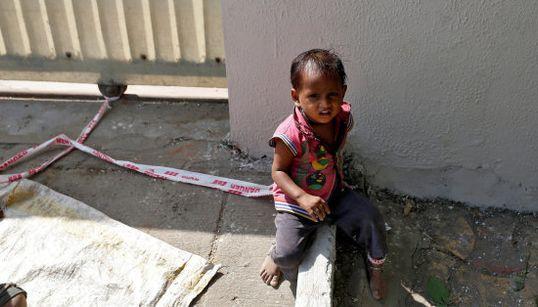 Esta niña de 15 meses pasa el día atada a una piedra mientras sus padres
