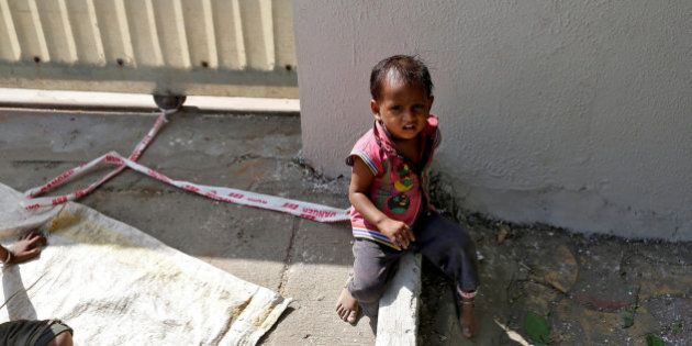 Shivani, la niña india de 15 meses que pasa los días atada a una piedra mientras sus padres