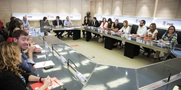 Diecisiete miembros de la Ejecutiva del PSOE presentan su dimisión para echar a
