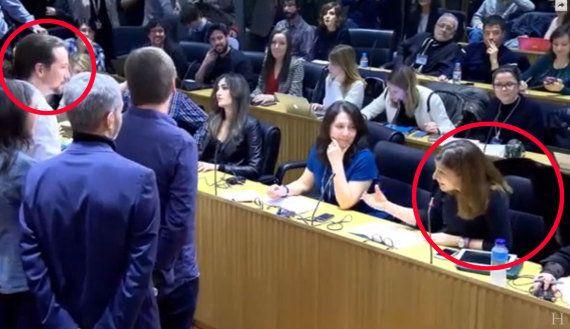 Pablo Iglesias se mete con el abrigo de una periodista tras una pregunta